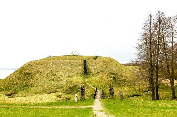 Преломцишкский курган с древним поселением
